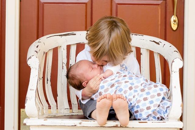 děti na lavičce