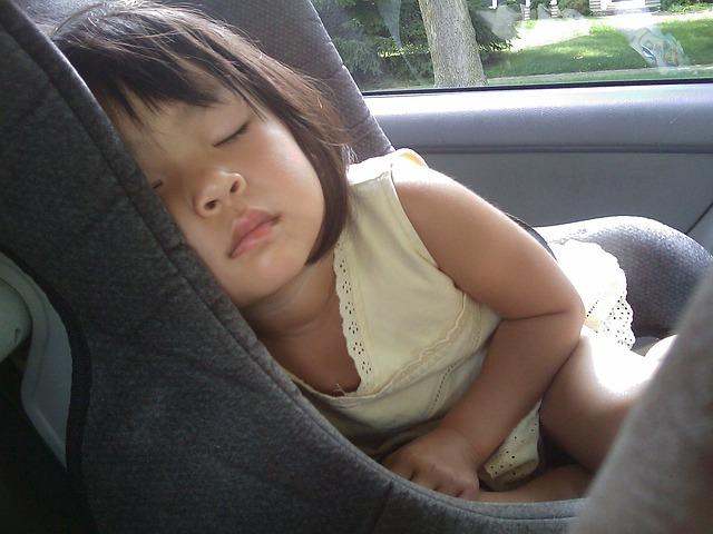 dívka v autosedačce.jpg