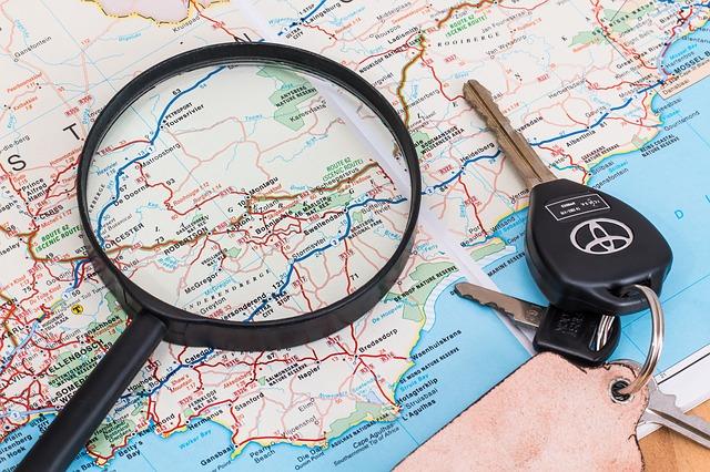 klíče a lupa na mapě.jpg