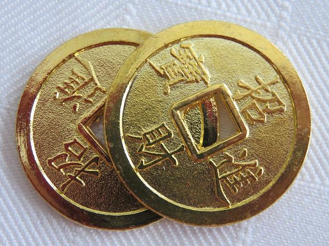 dvě zlaté asijské mince s dírou