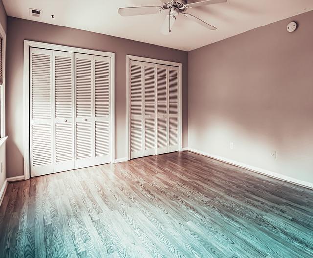 prázdná místnost čekající na úpravu